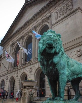 Front view of a lion statue in front of the Art Institute of Chicago